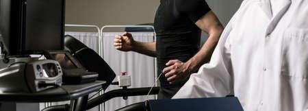 Foto de Shot of a sportsman during a cardiac stress test - Imagen libre de derechos