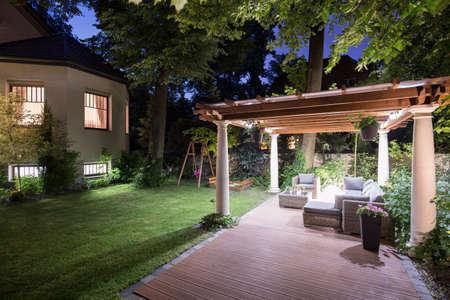 Foto de Photo of garden with covered patio at night - Imagen libre de derechos