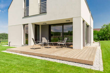 Photo pour Wooden patio design- small terrace idea for modern house - image libre de droit