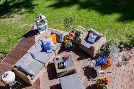 Foto de Top view of a villa patio with wooden flooring ana rattan furniture set - Imagen libre de derechos