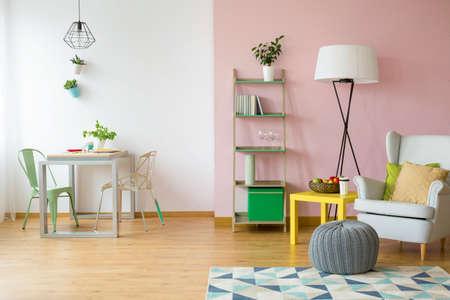 Foto de Modern flat in pink and white with simple light furniture - Imagen libre de derechos