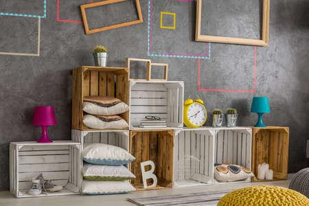 Photo pour Creative diy regale made from wooden pallets - image libre de droit