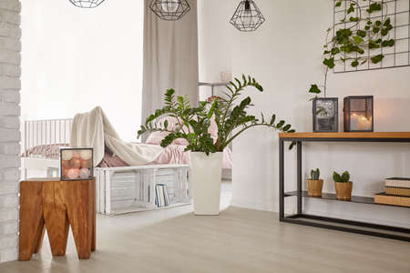 Foto de Room with minimalistic design and wooden decorations - Imagen libre de derechos