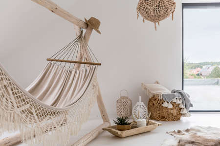 Photo pour Room interior with hammock and stylish decorations - image libre de droit