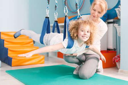 Foto de Therapist and happy boy on dual swing - Imagen libre de derechos