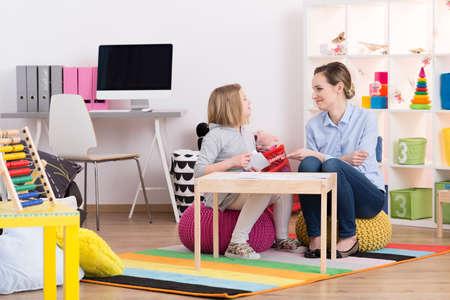 Foto de Child with pedagogue during the session of play therapy - Imagen libre de derechos