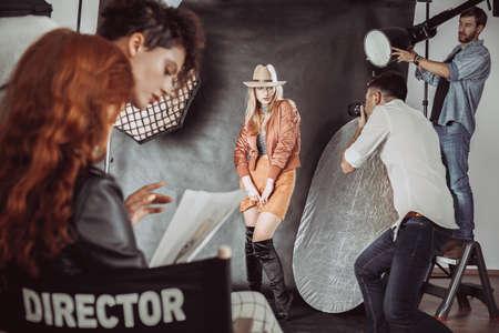 Photo pour Beginner model posing for fashion photographer - image libre de droit