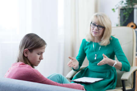 Foto de Experienced psychologist solving teenage girl's problem - Imagen libre de derechos