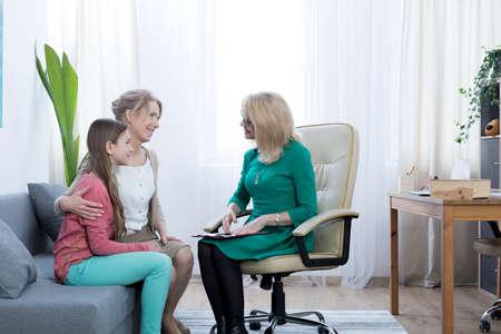 Foto de Loving mother and daughter thankful for therapist's help - Imagen libre de derechos