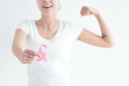 Photo pour Faithfull woman ready to fight with breast cancer - image libre de droit