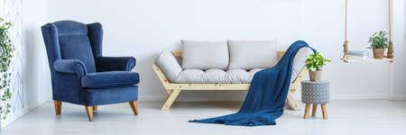 Foto de Cozy modern interior of spacious white living room - Imagen libre de derechos