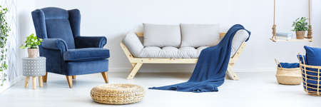 Foto de Wooden decoration in cozy white modern living room - Imagen libre de derechos