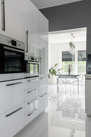 Foto de Modernly equipped clean kitchen in white with high gloss - Imagen libre de derechos