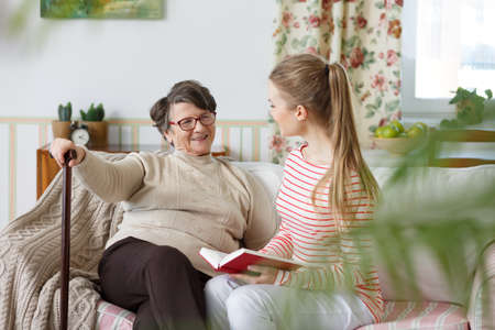 Photo pour Happy grandma talking to her young granddaughter - image libre de droit
