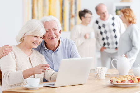 Photo pour Happy elderly couple talking with their children online - image libre de droit