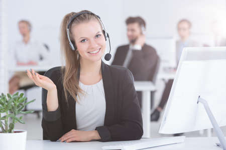 Photo pour Pretty call center worker working in modern office - image libre de droit