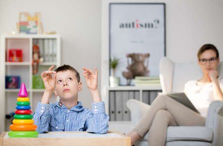 Foto de Professional psychologist observing an autistic boy in her office - Imagen libre de derechos
