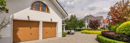 Foto de View of the driveway to the double garage in large detached house with well-kept garden - Imagen libre de derechos