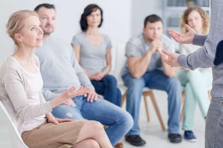 Foto de Woman psychologist speaking during group psychotherapy session - Imagen libre de derechos