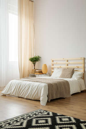 Photo pour Beige and white minimalist bedroom for young hipster - image libre de droit
