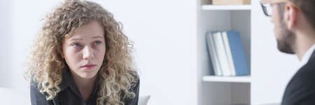Foto de Young attractive woman crying during psychotherapy in therapist office - Imagen libre de derechos