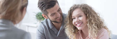 Foto de Happy young adult attractive couple smiling during therapy - Imagen libre de derechos