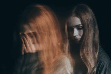 Foto de Girl with a mental disorder going through a tough time - Imagen libre de derechos