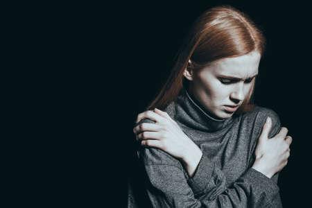 Foto de Girl is struggling against an overwhelming hopelessness - Imagen libre de derechos