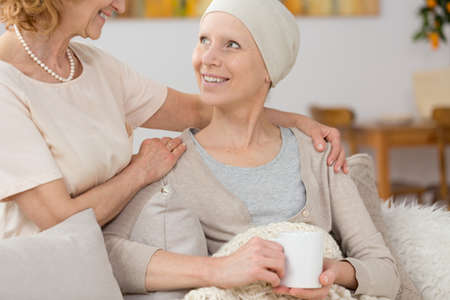Photo pour Smiling woman suffering from cancer spending time with her friend - image libre de droit