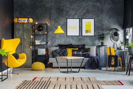 Foto de Freelancer's room with gray concrete wall and vibrant yellow accents - Imagen libre de derechos
