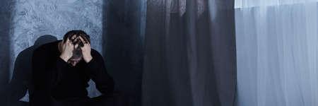 Foto de Man in despair holding hands on his head, panorama - Imagen libre de derechos