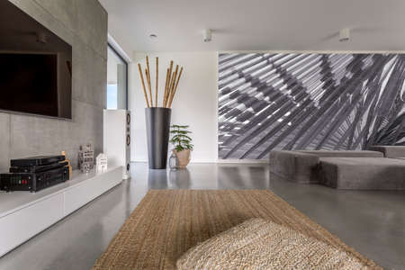 Foto de Interior of modern day room with a large abstract painting - Imagen libre de derechos