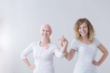 Foto de Mother and daughter supporting each other during breast cancer battle - Imagen libre de derechos