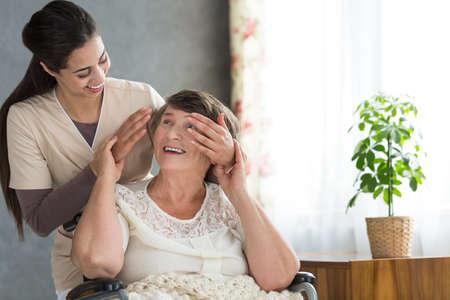 Foto de Granddaughter volunteering in a retirement home surprising her grandmother after work - Imagen libre de derechos