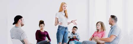 Foto de Teenage girl speaking to problematic young people and therapist - Imagen libre de derechos