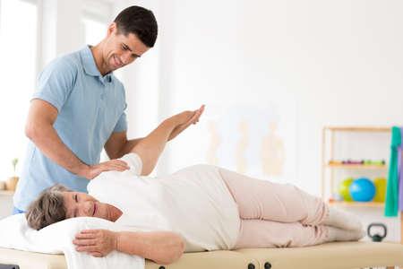 Foto de Senior during rehabilitation with physiotherapist after an arm injury - Imagen libre de derechos