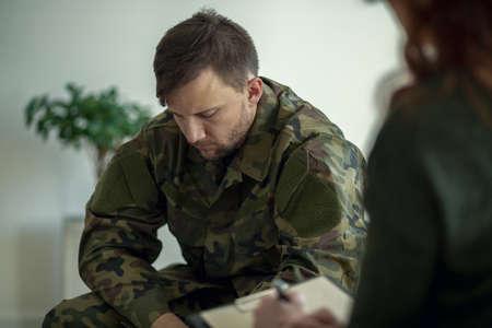 Foto de Soldier sitting and talking to his therapist - Imagen libre de derechos