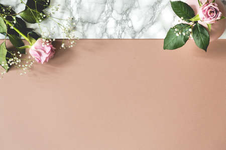 Foto de Top view on pastel background with copy space and pink roses. Place for your text - Imagen libre de derechos