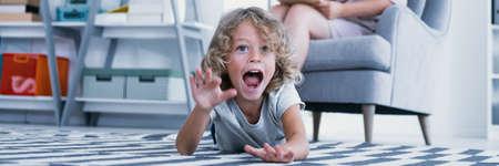 Foto de Panorama of screaming autistic boy during therapy with psychologist - Imagen libre de derechos