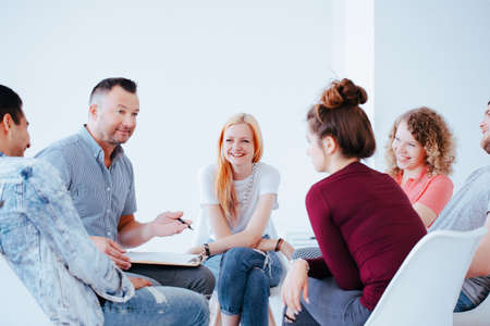 Foto de Group of teenagers during psychotherapy with professional counselor - Imagen libre de derechos