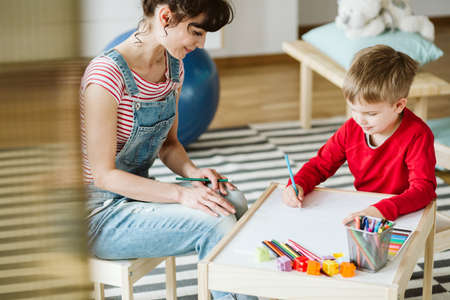 Foto de In therapy, kid is learning skills that don't come naturally because of ADHD, like listening and paying attention better - Imagen libre de derechos
