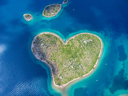 Foto de Aerial view of the heart shaped Galesnjak island on the adriatic coast of Croatia. - Imagen libre de derechos