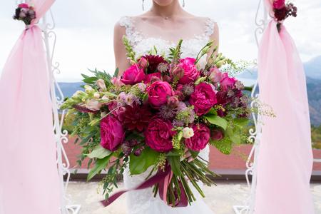 Foto de bright bouquet of various red and pink flowers - Imagen libre de derechos