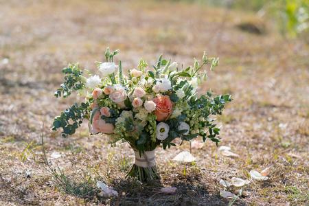 Foto de rustic wedding bouquet stands on the lawn - Imagen libre de derechos