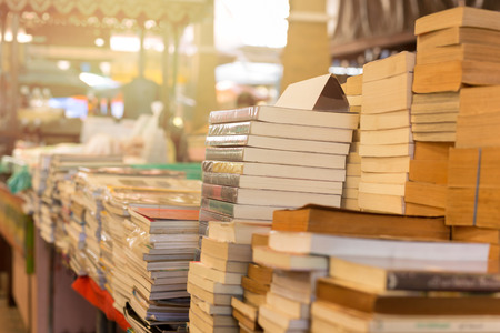 Foto de Piles of old books on a table in a market - Imagen libre de derechos