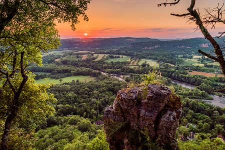 Photo pour Dordogne river taken from the cliffs above Mezels in Dordogne valley at sunset - image libre de droit