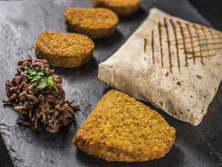Photo pour Close up on English Tacos with Nuggets, Blue Cord and Beef on slate - image libre de droit