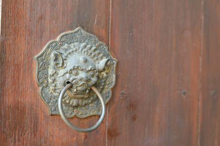 Photo pour Antique chinese lion handle on wooden door. with copy space - image libre de droit