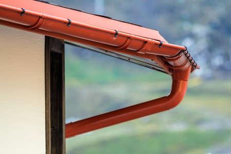 Foto de Detail image of new roof with gutter rain system - Imagen libre de derechos