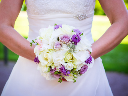 Photo pour the bridal bouquet in the hands of the bride with pink and white roses - image libre de droit